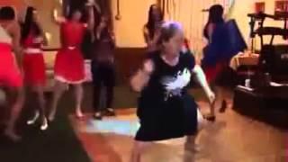 танец гостьи на свадьбе полный улет! Смотреть до конца!!!!!!!!