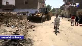 بالفيديو والصور.. حملة مكبرة لفتح شوارع مدينة 'إسنا' وتطهير المصارف