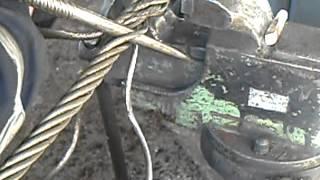 плетение троса в петлю в тисках (начало)