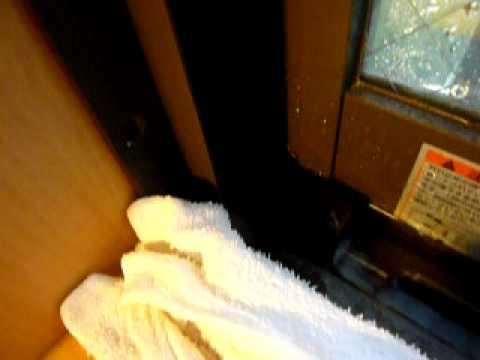 台風9号の沖縄。窓を閉め切っても窓枠から進入する雨水。