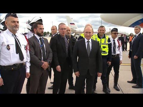 Очередь за фото: Путин вызвал ажиотаж в аэропорту Шарль-де-Голль