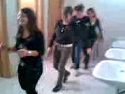 Ragazze pazze ballano il limbo nel bagno della scuola - Nel bagno della scuola ...