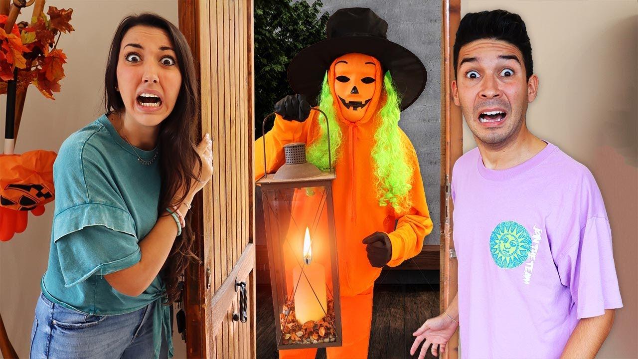 Download MAI APRIRE LA PORTA ALLO SPIRITO DI HALLOWEEN DI NOTTE A DOLCETTO O SCHERZETTO! *Halloween challenge