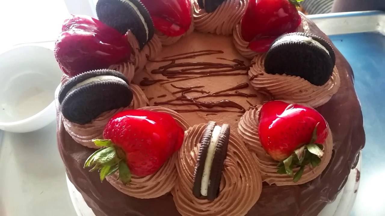 Decoracion de pastel chocolate fresas oreos youtube - Decoracion con chocolate ...