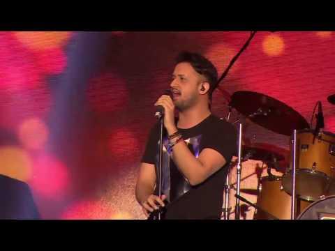 Atif Aslam 1st time singing zindagi aa raha hoon main Live in concert  must watch!!!!!