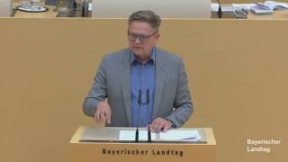 """Per Dringlichkeitsantrag setzt sich die CSU-Fraktion dafür ein, dass Bayern weiterhin das sicherste Bundesland bleibt und Gewaltexzesse wie in Stuttgart gegen die Polizei sich hier nicht wiederholen können. Konkret umgesetzt werden soll das mit mehreren Maßnahmen: Das Strafrecht soll trotz der Verbesserungen in den letzten Jahren nochmals auf Schutzlücken überprüft werden. Bei Übergriffen auf Einsatzkräfte sorgt Bayern schon jetzt dafür, dass die Täter so schnell wie möglich verurteilt werden. Damit möchte man auch im Bund Vorbild sein.  Um Randalen frühzeitig zu begegnen, soll die gewaltgeneigte Szene in den sozialen Medien und im Internet besser beobachtet werden. Bayern wird zudem auf die Erfahrungen aus Baden-Württemberg zurückgreifen, um weitere Handlungsoptionen zu entwickeln. Dazu sollen auch die behördenübergreifende Zusammenarbeit und der Austausch zwischen den Polizisten der Länder gestärkt werden.   Dazu Manfred Ländner, innenpolitischer Sprecher der CSU-Fraktion: """"Diejenigen, die ihren Kopf Tag für Tag für unsere Sicherheit hinhalten, verdienen Rückendeckung. Deshalb setzen wir uns in Bund und Land dafür ein, dass unsere Beschützer noch besser geschützt werden. Es kann nicht sein, dass gewaltbereite Chaoten unsere Polizei immer öfter zum Deppen der Nation machen wollen.""""  Alfred Grob, der Sprecher für Polizeifragen, ergänzt: """"Auch wer die Polizei pauschal beleidigt, schwächt unseren Rechtsstaat! Unsere Polizistinnen und Polizisten brauchen eine breite politische und gesellschaftliche Unterstützung – und zwar über alle Parteigrenzen hinweg. Das rot-grüne Misstrauen gegen die Polizei, das im sogenannten Antidiskriminierungsgesetz in Berlin sogar in der Beweislastumkehr für Polizeibeamte mündet, ist ein Skandal."""""""