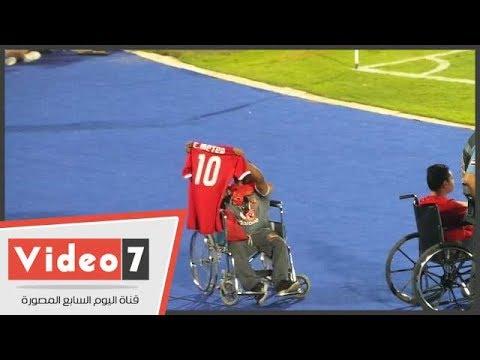 متعب يهدى قميصه لمشجع من ذوى الاحتياجات الخاصة بعد رفضه المشاركة فى المباراة  - نشر قبل 19 ساعة