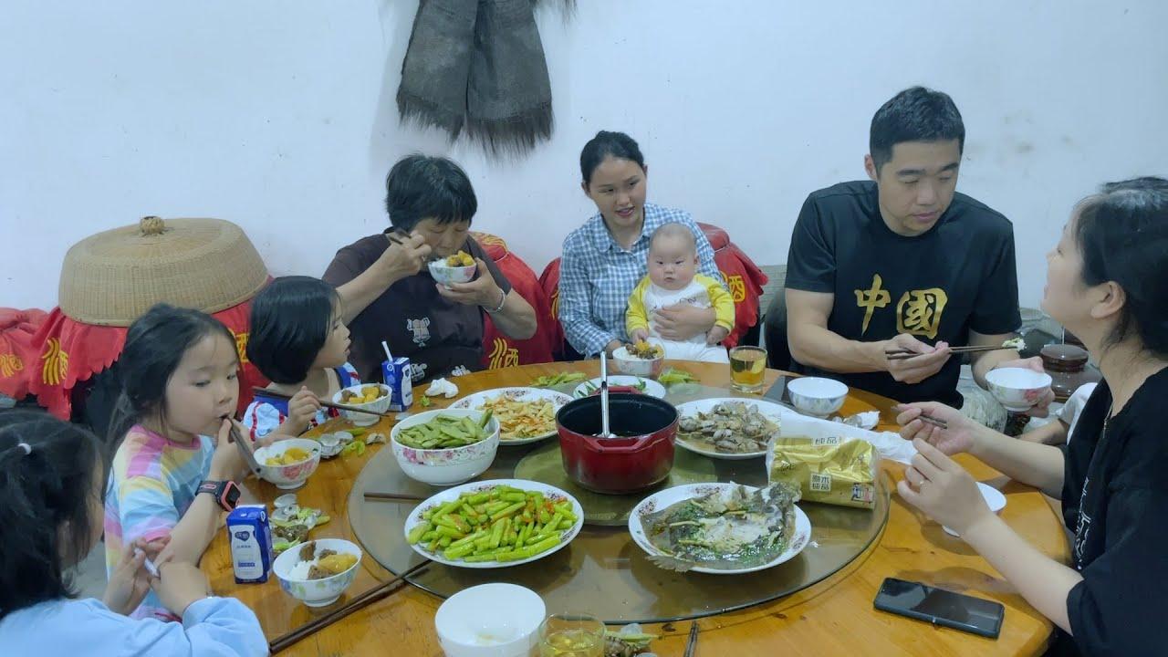 姐姐五一放假回家,小莉做一大桌菜,一家人吃喝玩闹太嗨了