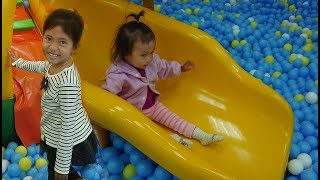Vlog Bermain Playgound di Mall Perosotan dengan Bola - Maina...