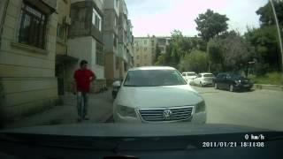 Случай во дворе, попавший на видеорегистратор