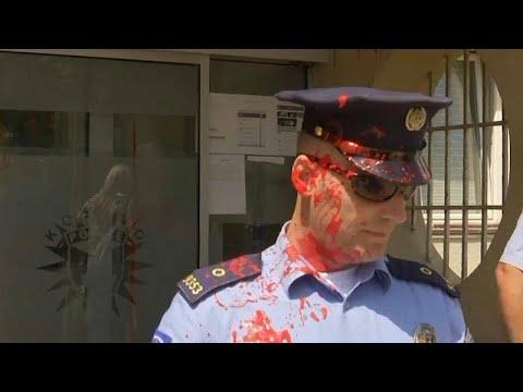 شاهد: نساء غاضبات يهاجمن مركزا للشرطة في كوسوفو احتجاجا على مقتل سيدة على يد زوجها…