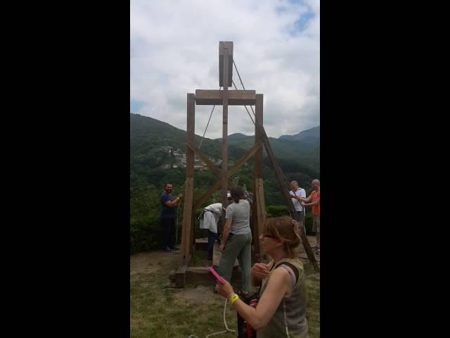 Catapulta medievale in azione alla fortezza delle Verrucole