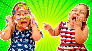 Maria Clara e sua irmã gêmea fingem brincar de cara de lego - MC Divertida
