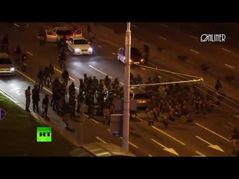 Security officers beat car with batons in Minsk, driver speeds off into oncoming traffic