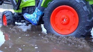 видео: BaBy застрял в ГРЯЗИ.FUNNY BABY Big Truck stuck in the mud.Ride On POWER WHEEL