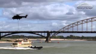 Marechaussee bevrijdt gijzelaar tijdens spectaculaire oefening op de Waal Nijmegen