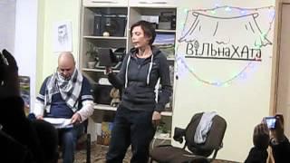 Ірена Карпа читає уривку свого твору у Вільній Хаті (Краматорськ)