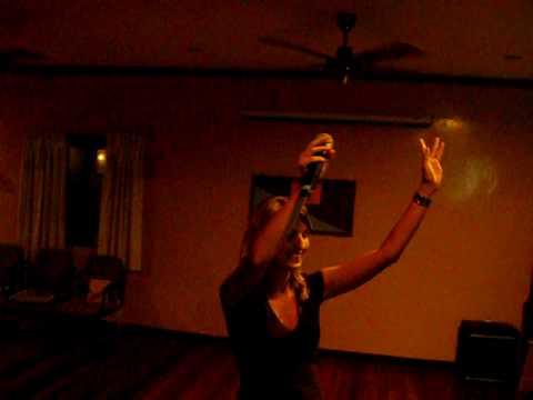 Vera live karaoke op Pulau Tiga, Borneo, Maleisië