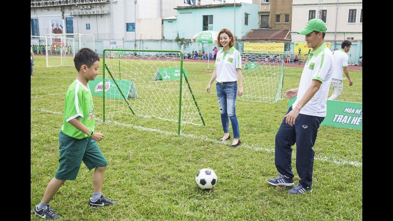 Công Vinh hướng dẫn con trai Jennifer Phạm đá bóng
