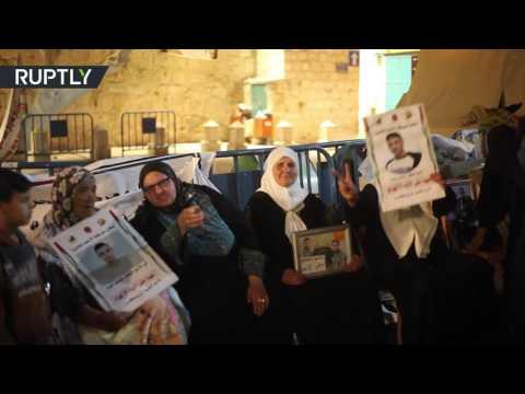 أمهات الأسرى الفلسطينيين يحتفلن بسبب تعليق إضراب أبنائهن  - 17:21-2017 / 5 / 28