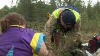 Спасатели выносят пострадавшую из леса thumbnail