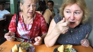 Самоса, кари и жареный нут - утренняя еда в Катманду.