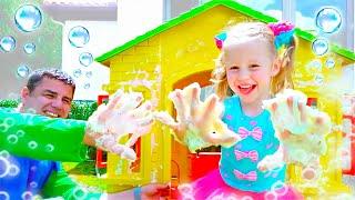 나스티아는 장난감 집을 수리하고 꾸미고 있습니다