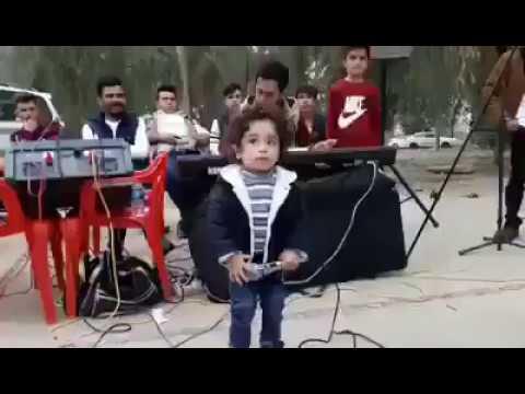Unglaublich Guckt Euch das kleine Kind an wie es singt !!!