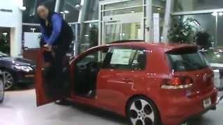 VW Golf продавец  прикол испытание двери прыгает скачет на двери