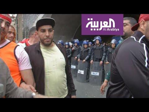 جدار بشري لمنع احتكاك المتظاهرين بالشرطة الجزائرية  - نشر قبل 20 ساعة