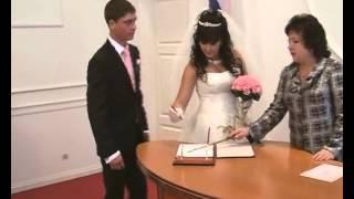 Свадебный прикол жених пинает свадебное платье невесты