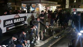 Covid, protesta bar e pub davanti Regione Lazio: 100 litri birra nelle fogne