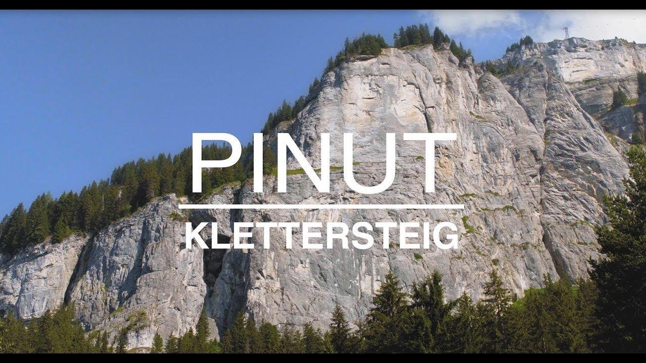 Klettersteig Schweiz : Wanderer besteigen den klettersteig der u etour d aiu c in schweiz