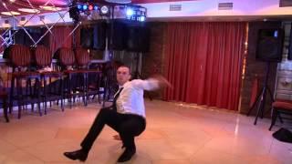 Свидетель на свадьбе танцует брейк данс за туфельку невесты!