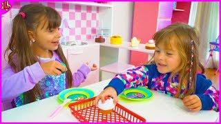 Laurinha e Helena Brincando na cozinha de brinquedo e aprendendo cores - Learning Colors
