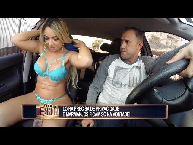 Gata atrasada tira a roupa no carro e deixa motoristas na maior saia justa