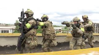 Спецназ ФСБ освобождает пансионат. Оперативное видео.