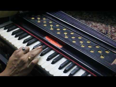 How to Play Mere Ghar ke Aage Sai Nath on Harmonium - Rashmi Bhardwaj