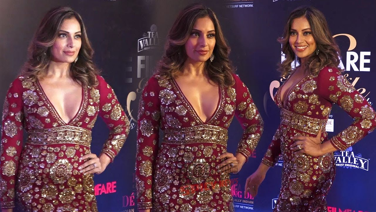 Bipasha Basu in Red Gown at Film Fare Glamour and Style Awards 2019