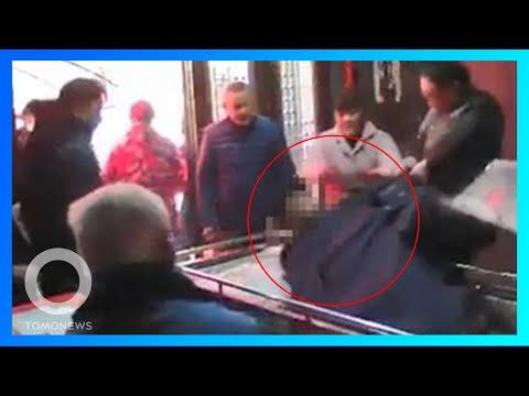 Anak tarik jasad ayah karena tinggalkan keluarga; Pria jatuh ke mesin penggiling daging - TomoNews