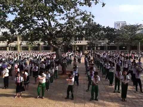 Múa dân vũ trường Tiểu học Phước Bửu vào giờ thể dục