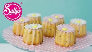 Rhabarber-Muffins mit Marzipan und Oblatenblumen