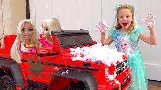 Nastya và bố giả vờ chơi rửa xe
