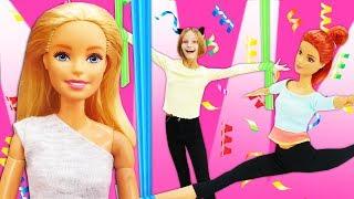 Фото Куклы Барби занимаются воздушной гимнастикой. Видео для девочек.