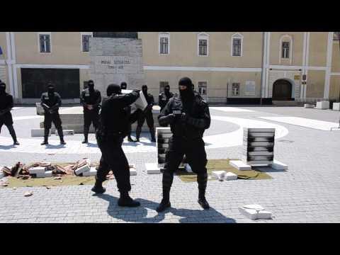 Demonstratii de forta cu politisti locali din Alba Iulia