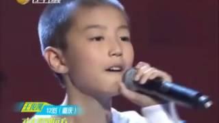[王俊凯] Mẹ Vương Tuấn Khải xem con mình hát live Mơ ước thưở ban đầu (2012).