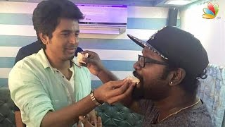 Neruppu Da Singer Arunraja Kamaraj Celebrated His Birthday With Sivakarthikeyan  Remo Shooting Spot