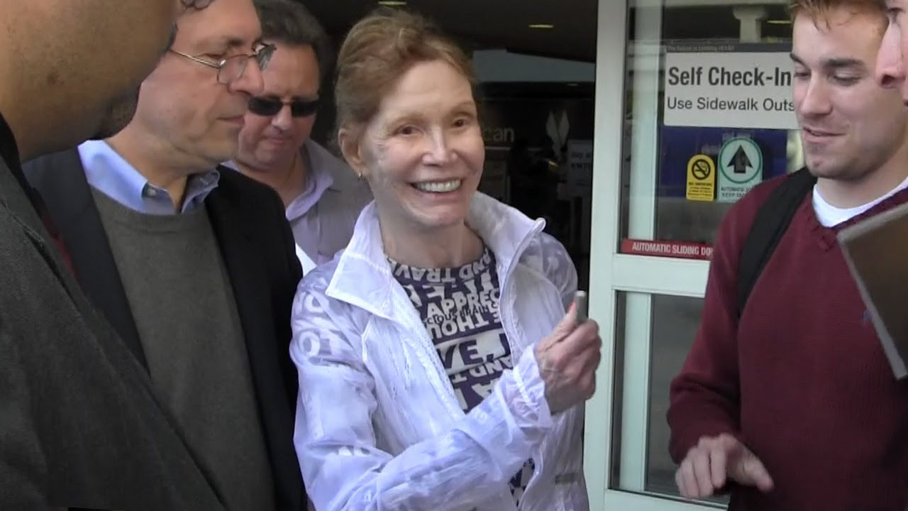 Download Frail Mary Tyler Moore In L.A. To Comfort Valerie Harper After Terminal Brain Cancer Diagnosis