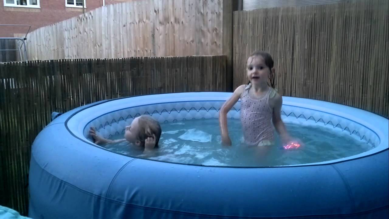 Nika a Rosie v bazenu - YouTube