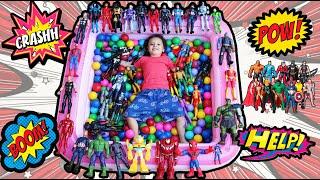 Cadu mostrando a coleção completa de bonecos